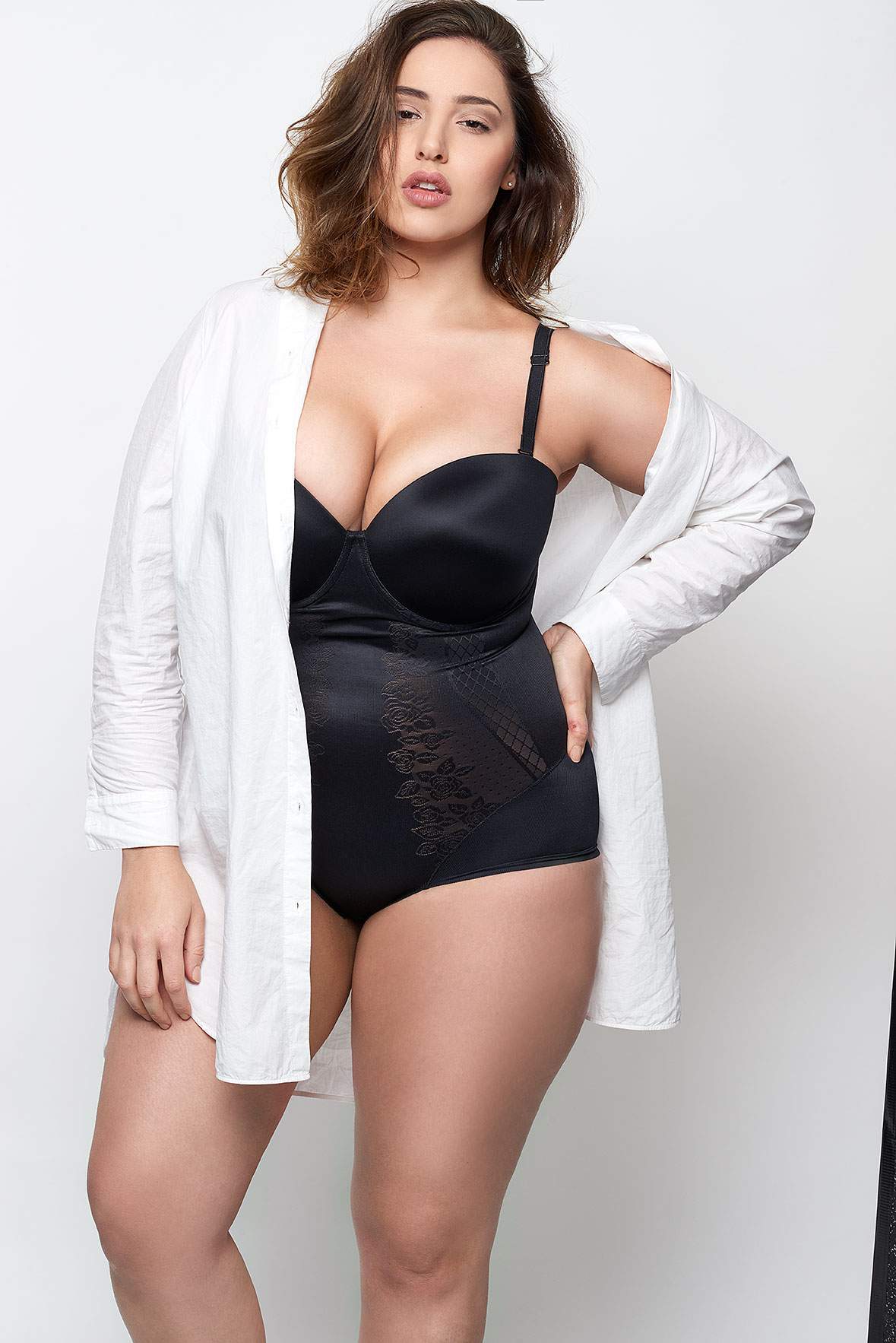 Jada-models-one-1-la-vie-en-lingerie-lingerie-la-femme-plus-size-model-black-bodysuit-white-shirt-03