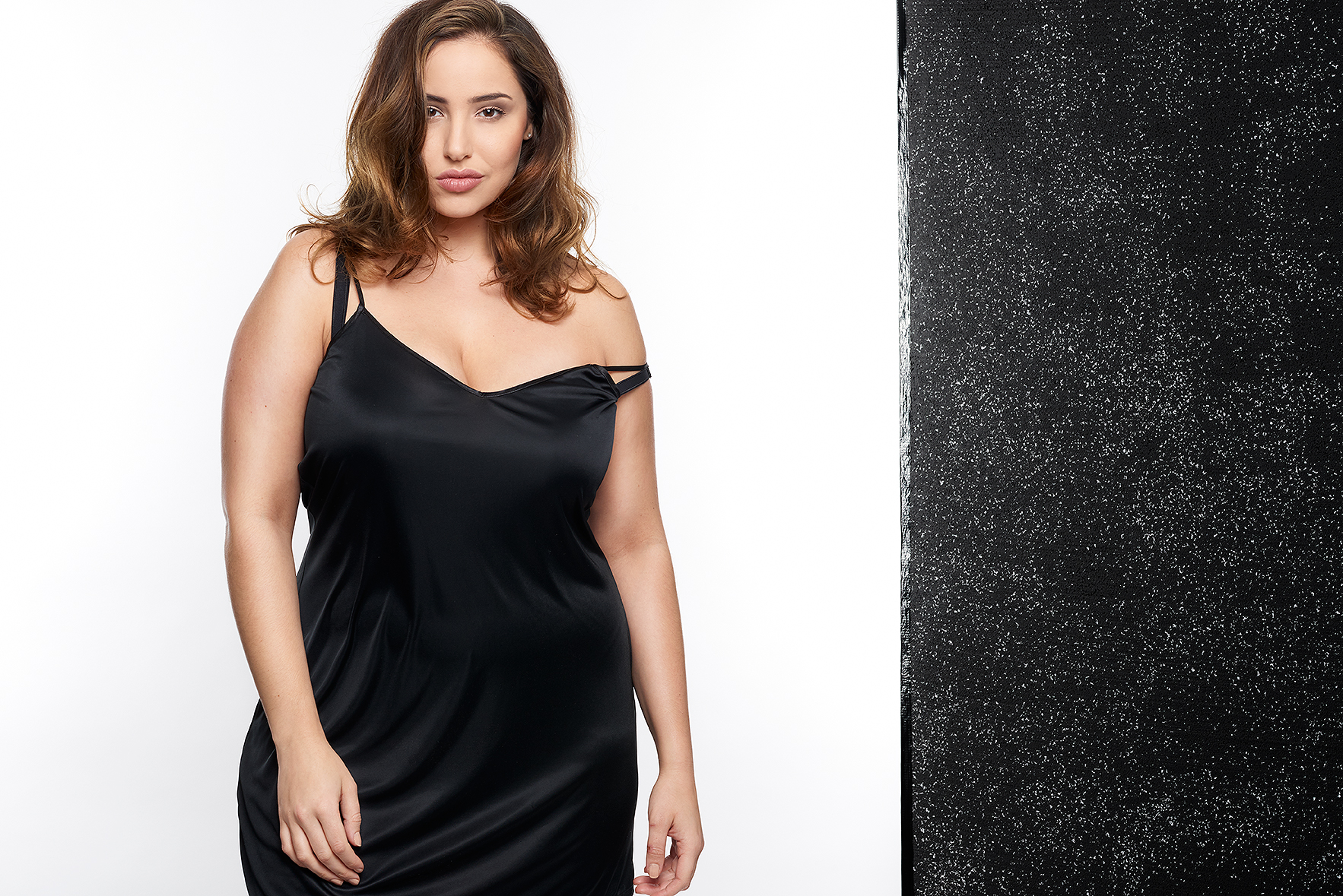 Jada-models-one-1-la-vie-en-lingerie-lingerie-la-femme-plus-size-model-black-slip-dress-01