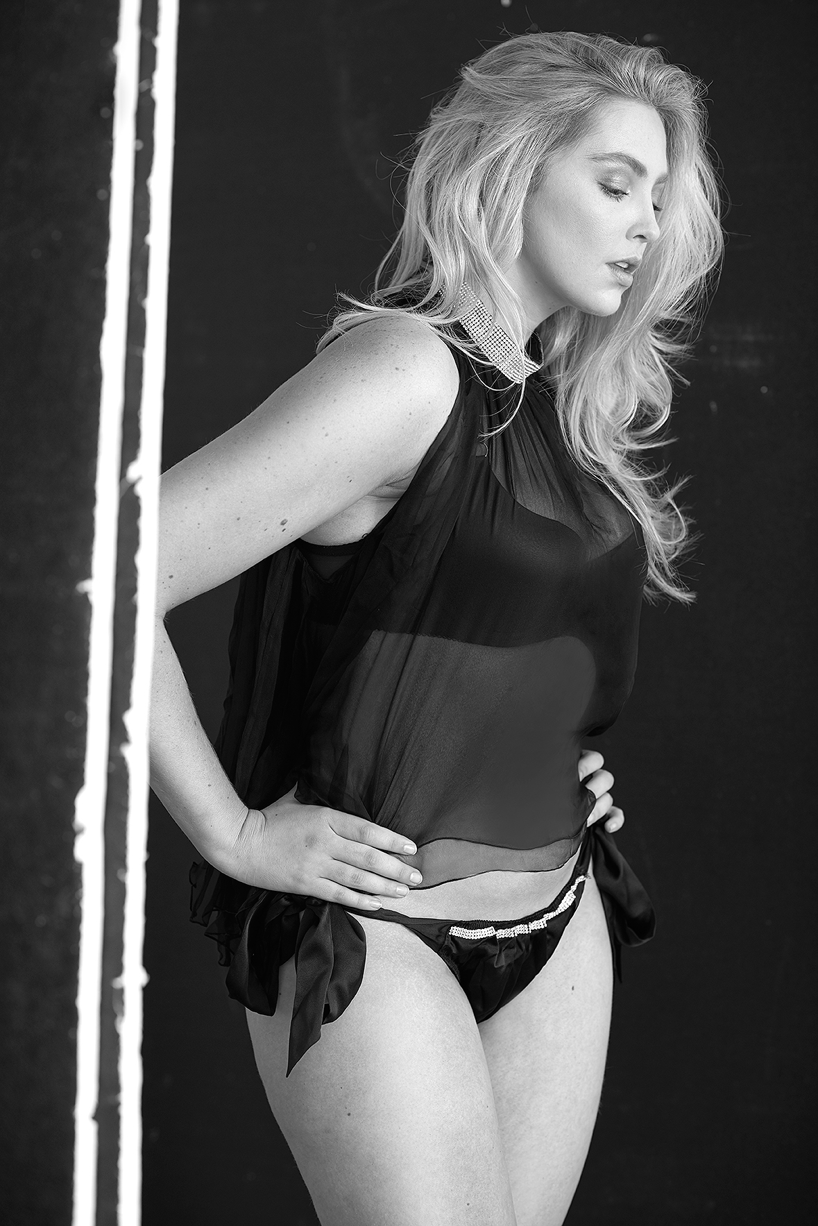 behind-the-scenes-lingerie-la-femme-photo-shoot-luxury-underwear-black-lace-09