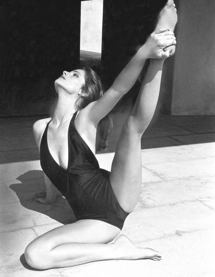 Summer-snaps-by-favourite-fashion-photographers-helmut-newton-swimsuit-bikini-beach-studio-black-and-white-editorial-photoshoot-featured.jpg