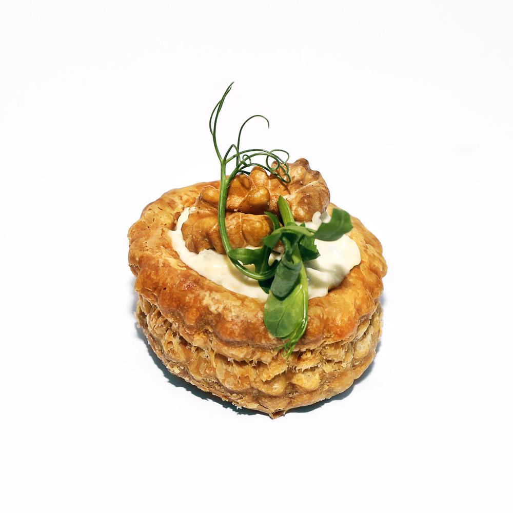 Kārtainās mīklas groziņš ar zilā siera krēmu un grauzdētiem valriekstiem