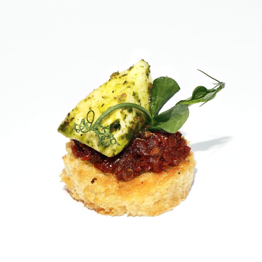 Kanape ar zaļumu pesto marinētu mocarellas sieru, saulē kaltētu tomātu biezeni un dīgstiem