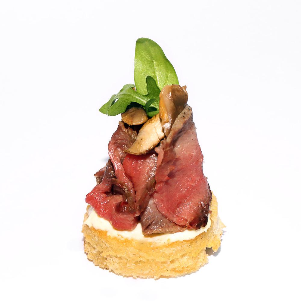 Kanape ar liellopa gaļas rostbifu, vasabes krēmu un marinētām sēnēm