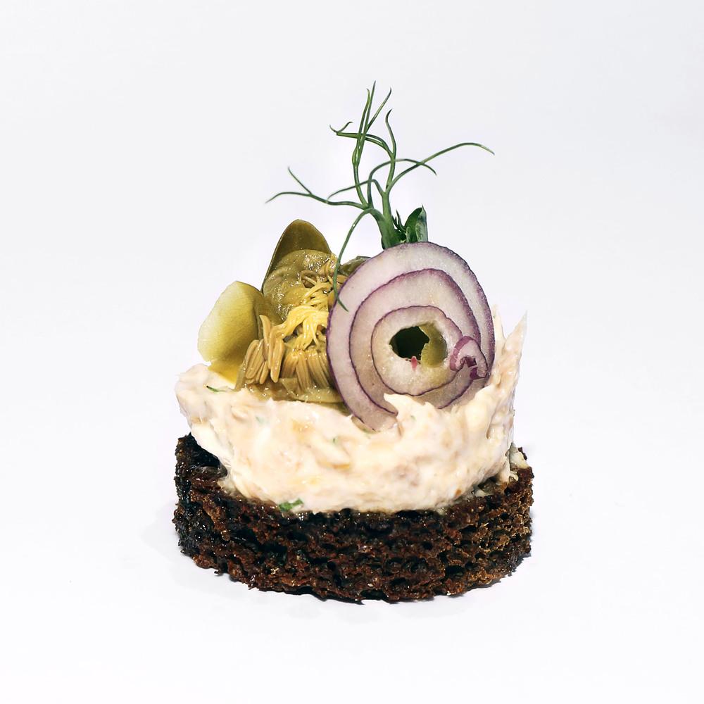 Grauzdēta rudzu maize ar tunczivs pastēti, viegli marinētiem sīpoliem un kaperogu