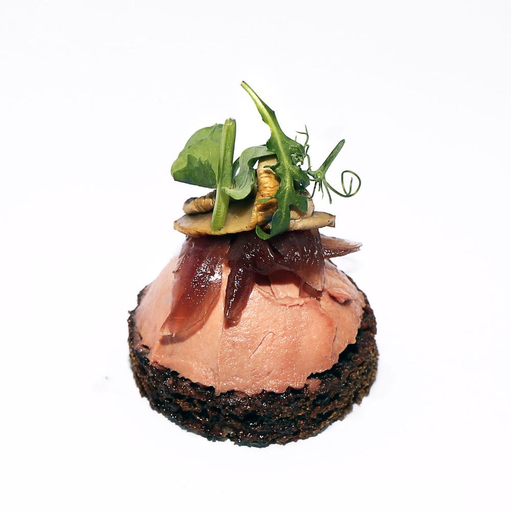 Pīļu aknu muss uz rudzu maizes ar karamelizētiem sīpoliem un ceptu sēni
