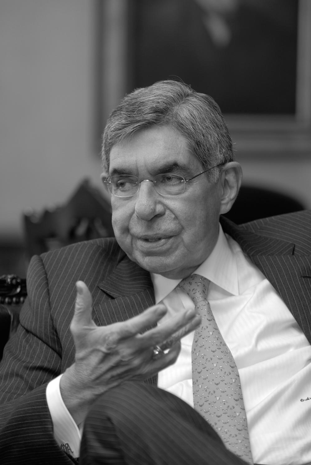 """Oscar Arias, Costa Rica (1986-1990/2006-2010)  """"Honrar la deuda con la democracia quiere decir mucho más que promulgar constituciones políticas, firmar cartas democráticas o celebrar elecciones periódicas. Quiere decir construir una institucionalidad confiable,… Quiere decir garantizar la supremacía de la ley y la vigencia del Estado de Derecho,...""""."""