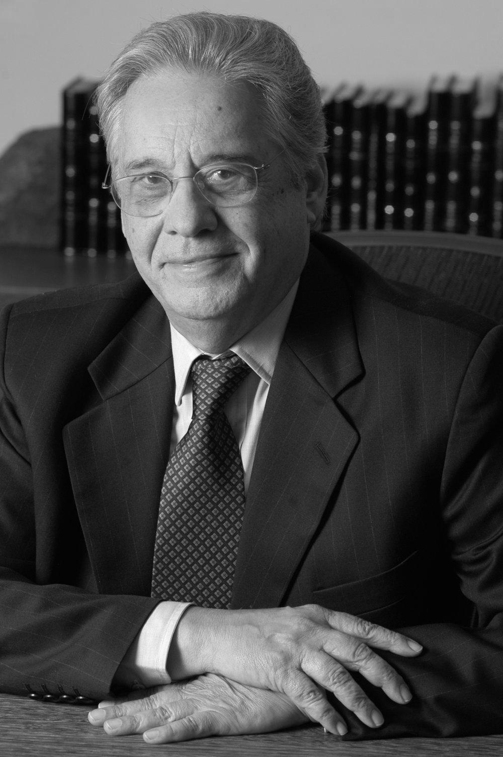 """Fernando H. Cardoso, Brasil (1995-2002)  """"Prefiero hablar de un vínculo imperativo, que no está dado, sino que se construye, a partir del reconocimiento de que la democracia es una opción que se justifica en sí misma, como valor universal, posible como tal de ser aceptada por todos""""."""