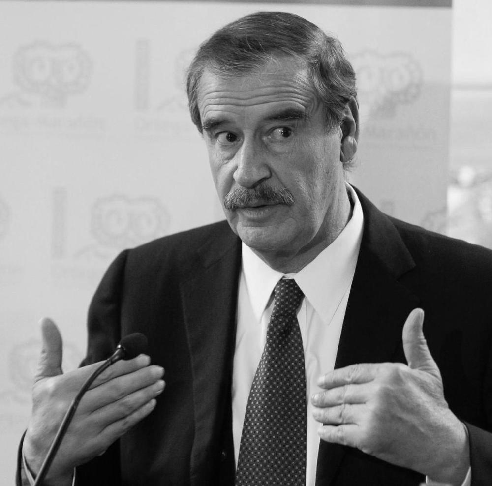 """Vicente Fox, México (2000-2006)  """"Democracia es construir gobiernos que tengan capacidad de hacer y decidir. Que gocen de cabal gobernabilidad y apoyo popular. Que el congreso, los partidos políticos y todos los políticos electos actúen con madurez, responsabilidad, armonía y sentido de unidad nacional""""."""
