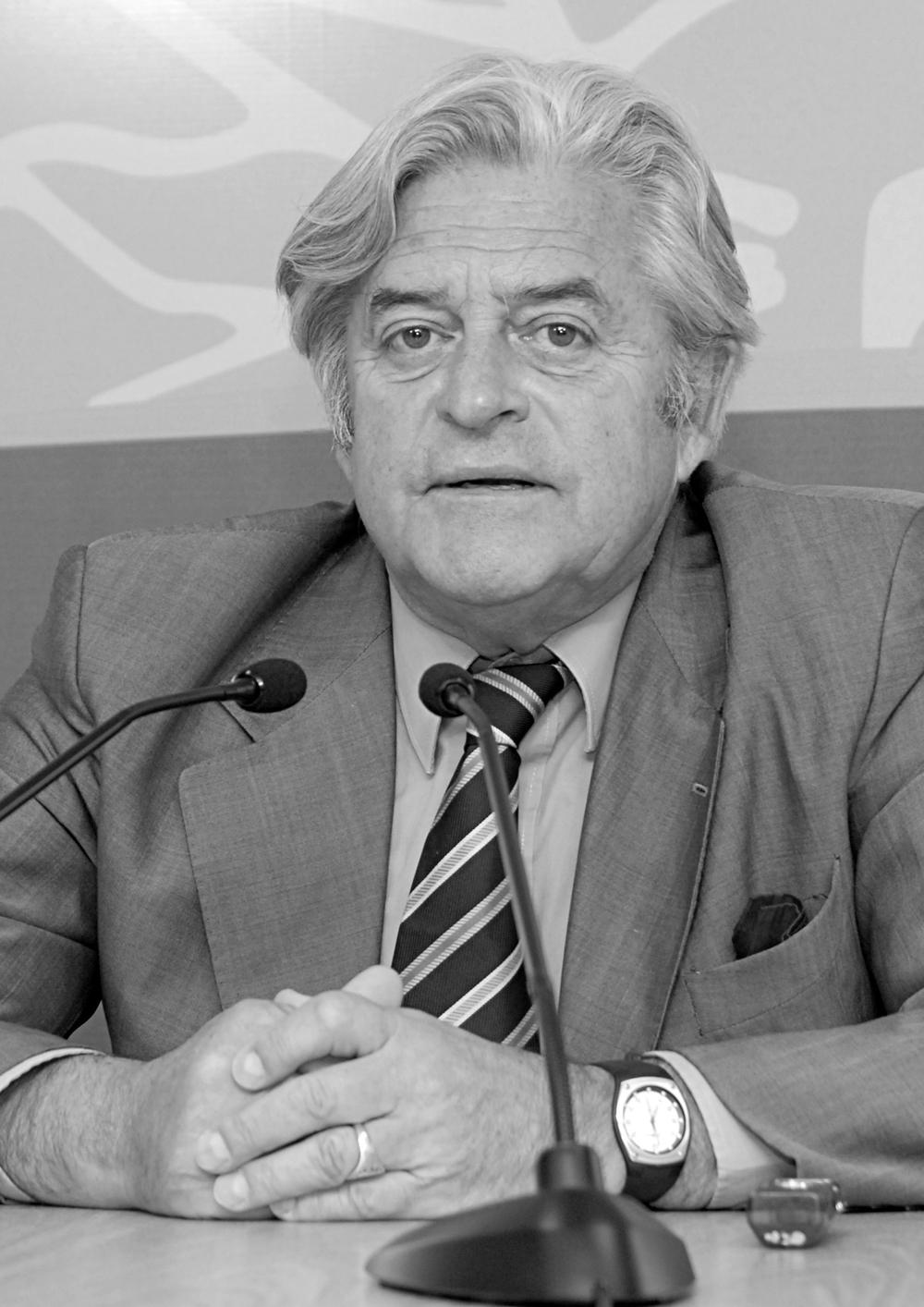 """Luis Alberto Lacalle, Uruguay (1990-1995)  """"En la sociedad moderna el imperium no proviene de la fuerza, no proviene del respaldo de las armas sino de esa legitimidad que a quienes el día de mañana podamos no estar de acuerdo con el gobierno electo, nos tiene que hacer acatar, aceptar como legítimo en el origen y por lo tanto legítimo en el ejercicio""""."""