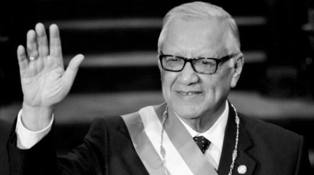 """La renuncia del presidente guatemalteco ocurre a tres días de realizarse las elecciones presidenciales. En su discurso de toma de posesión ante al Congreso, el nuevo mandatario, Alejandro Maldonado, hizo un claro guiño a quienes en los últimos meses se han movilizado en las calles para exigir la renuncia del ya exmandatario Otto Pérez Molina y protestar contra la trama de corrupción por la que se le investiga. """"La realidad impone con apremio que se hagan correcciones inmediatas"""", aseguró Maldonado. """"Como guatemaltecos podemos recuperar nuestra democracia con sus valores sustantivos"""", afirmó y dijo ponerse al frente de un """"gobierno transitorio de ejemplaridad""""e invitó a los grupos sociales a hacer propuestas.  """"Es necesario entender que en lo que resta de este año histórico haya respuesta a clamorosa demanda de participación"""", afirmó el nuevo presidente y dijo estar dispuesto a escuchar a la calle y """"a abrir espacio a jóvenes profesionales y activistas sociales, en particular la presencia de nuevos actores sociales es oportuna para que los jóvenes no se rindan ante la vida"""". Y añadió que """"la realidad impone con apremio que se hagan correcciones inmediatas"""".   http://www.prensalibre.com/guatemala/politica/renuncia-el-presidente-otto-perez http://www.bbc.com/mundo/noticias/2015/09/150903_quien_sustituye_presidente_guatemala_hr"""