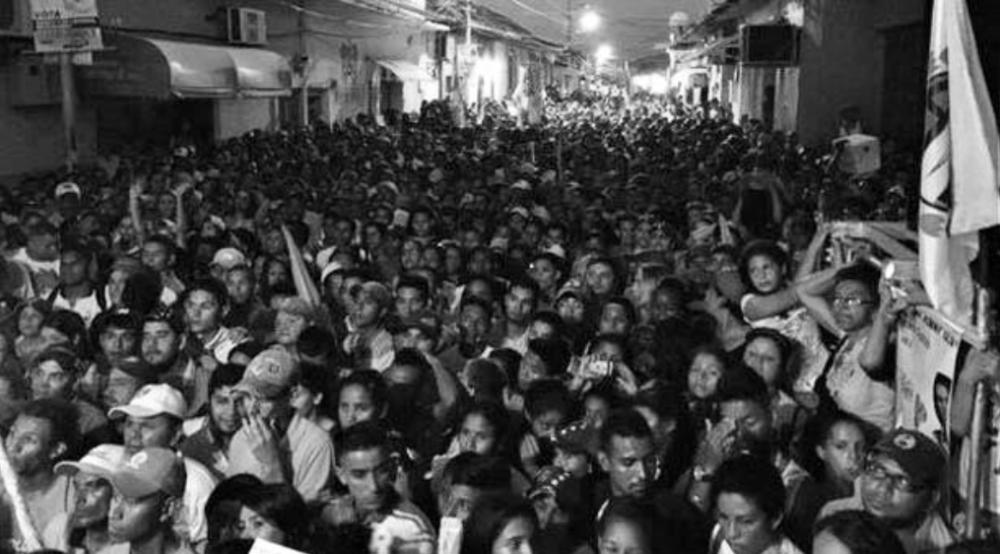 """ENCABEZABA CONCENTRACIÓN CON LILIAN TINTORI (25 de noviembre de 2015. El Venezolano).- El secretario general del partido político de oposición Acción Democrática (AD), Henry Ramos Allup, informó la noche del miércoles que el secretario general del partido en Altagracia de Orituco fue asesinado durante la concentración que encabezaba Lilian Tintori. El hombre, identificado como Luis Manuel Díaz, se encontraba en la tarima cuando fue asesinado por un disparo. Según Allup, Díaz murióa las 7:30 pm y señaló a """"bandas armadas del Psuv"""" asegurando que dispararon """"desde un vehículo"""". """"Aumentando violencia y atentados con armas de fuego por bandas armadas y pandillas"""", aseveró el dirigente. http://elvenezolanonews.com/2015/11/25/dirigente-politico-opositor-fue-asesinado-durante-la-concentracion-de-lilian-tintori/"""