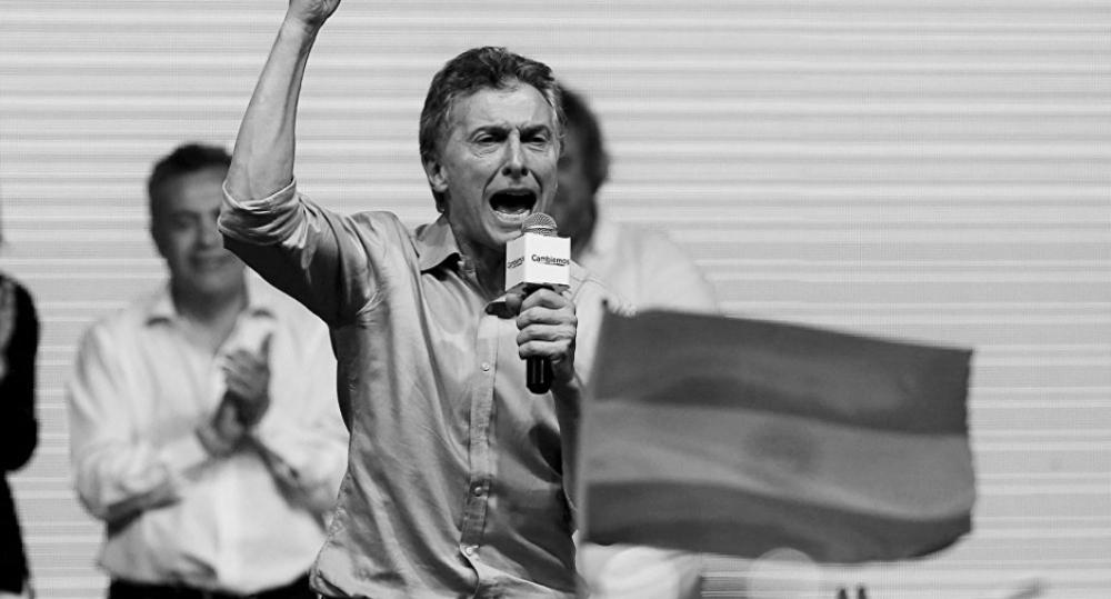 MAURICIO MACRI ES EL NUEVO PRESIDENTE Clarín, 22 de noviembre de 2015. Armó un partido y les ganó.El fin de la era K llegó como lo habían reclamado sus dirigentes, cuando la gente empezaba a manifestar su hartazgo en las calles y ellos sugirieron batirse en las urnas. Mauricio Macri supo canalizar esa bronca y con una fuerza que formó hace sólo 10 años, más algunos aliados, barrió a Daniel Scioli en el primer balotaje presidencial de la historia argentina: cerca de la medianoche, con más del 97% de las mesas escrutadas, el candidato de Cambiemos le sacaba unos 3 puntos a su rival del FPV. Minutos antes de lo previsto, un serio ministro de Justicia Julio Alak, junto con el director electoral Alejandro Tullio, dieron la cara por el Gobierno, y tras un agradecimiento protocolar, pasaron a lo esencial: difundieron los primeros datos del escrutinio provisorio del balotaje presidencial, quemostraron a Mauricio Macri con una clara ventaja sobre Daniel Scioli. En la página oficial (www.resultados.gob.ar), con el 66,37% de las mesas escrutadas el candidato de Cambiemos vencía 53,46% a 46,54%. Los números se irán actualizando cada cinco minutos. La tendencia se confirmaría a las 22. Pero pocos dudan del triunfo irreversible del líder del PRO. http://www.clarin.com/elecciones_2015/macri-presidente_0_1472253403.html http://www.clarin.com/elecciones_2015/Elecciones_2015-Mauricio_Macri-Daniel_Scioli_0_1472253223.html