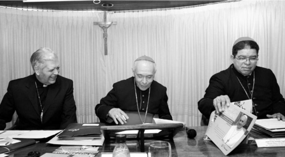 """Iglesia pide voto sin coacción y elecciones transparentes La Conferencia Episcopal Venezolana emitió un comunicado en el cual invitan a todos los electores del país a participar en estos comicios al tiempo que resalta el deber del Consejo Nacional Electoral de """"asegurar el cumplimiento de las leyes y normas electorales, el respeto a la opción del elector y al secreto del voto, y facilitar el ejercicio de sus derechos"""". Los Arzobispos y Obispos de Venezuela nos dirigimos a todos los venezolanos, como pastores de la Iglesia Católica y como ciudadanos, para invitarles a reflexionar sobre la particular importancia que tiene la jornada electoral del 6 de diciembre de 2015, en la que más de diecinueve millones de electores son convocados para elegir los diputados y diputadas a la Asamblea Nacional. Ésta cumple una función fundamental dentro la organización del Poder Público Nacional y sus decisiones tienen importantes consecuencias en la vida de todos los que habitamos en Venezuela. Es necesario que los ciudadanos tomemos conciencia de la seria responsabilidad de participar en estos comicios. El voto de cada uno tendrá un peso fundamental para la construcción de una sociedad más democrática y pacífica. Todos deberíamos sentirnos llamados a ejercer un derecho inalienable y cumplir con un deber moral de gran trascendencia para el presente y el futuro del país. La jornada electoral del 6 de diciembre y la campaña que la precede deben ser una expresión clara de los valores ciudadanos y democráticos en los que aspiramos vivir la inmensa mayoría de los venezolanos. Entre estos valores están: la justicia, que nos exige respetar los derechos de toda persona, aun del que piensa distinto, y establecer relaciones de armonía en la promoción del bien común;la libertadpara elegir sin coacción ni restricciones;la participación librecomo factor esencial para el fortalecimiento de la democracia; lahonestidad,que implica que los candidatos presenten propuestas reales que respondan a las gr"""