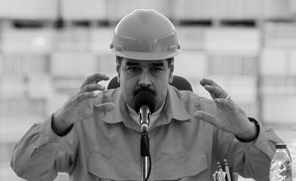 """EL PRESIDENTE MADURO RADICALIZA SU DISCURSO La República, 30 de octubre de 2015. El presidente Nicolás Maduro aseguró hoy a través del canal del Estado, VTV, que de darse una victoria de la oposición en las elecciones parlamentarias del próximo 6 de diciembre, activaría una junta cívico-militar de gobierno para evitar, según él, que el país entre en una de las más turbias etapas de su vida política. """"Si se diera ese escenario, negado y transmutado, Venezuela entraría en una de las más turbias y conmovedoras etapas de su vida política y nosotros defenderíamos la revolución, no entregaríamos la revolución y la revolución pasaría a una nueva etapa"""", dijo el mandatario. Maduro reiteró que la """"revolución no será entregada jamás"""". http://www.diariorepublica.com/politica/maduro-de-ganar-la-oposicion-la-eleccion-del-6d-activaria-una-junta-civico-militar"""