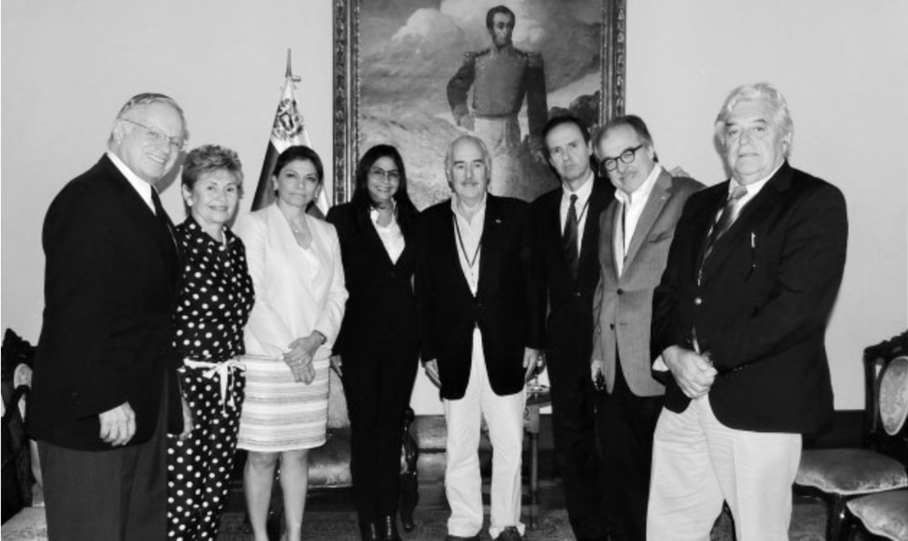 """LA MISIÓN SE GUÍA POR LAS INQUIETUDES EXPRESADAS POR LA OEA, AFIRMA PASTRANA """"La canciller tiene opiniones, lógicamente del Gobierno, tuvimos la oportunidad de intercambiar, nosotros expusimos nuestras razones, nuestras dudas, nuestras inquietudes, la canciller también las de ella"""", afirmó a los periodistas al término del encuentro el expresidente colombiano Andrés Pastrana. Pastrana, junto a Jorge Quiroga (Bolivia), Mireya Moscoso (Panamá), Luis Alberto Lacalle (Uruguay) y los costarricenses Laura Chinchilla y Miguel Ángel Rodríguez, se reunieron con la ministra de Relaciones Exteriores venezolana en la sede de la Cancillería en Caracas. Las exmandatarias Moscoso y Chinchilla le comentaron a Rodríguez que su misión en Venezuela es """"simplemente para observar"""", pese a que aún, aseguró Pastrana, no han sido acreditados por el Consejo Nacional Electoral (CNE) de ese país. http://www.noticierodigital.com/forum/viewtopic.php?f=1&t=7907 http://confirmado.com.ve/canciller-delcy-rodriguez-se-reune-con-seis-expresidentes-latinoamericanos/ https://www.youtube.com/watch?v=C6YOB-B-d-I"""