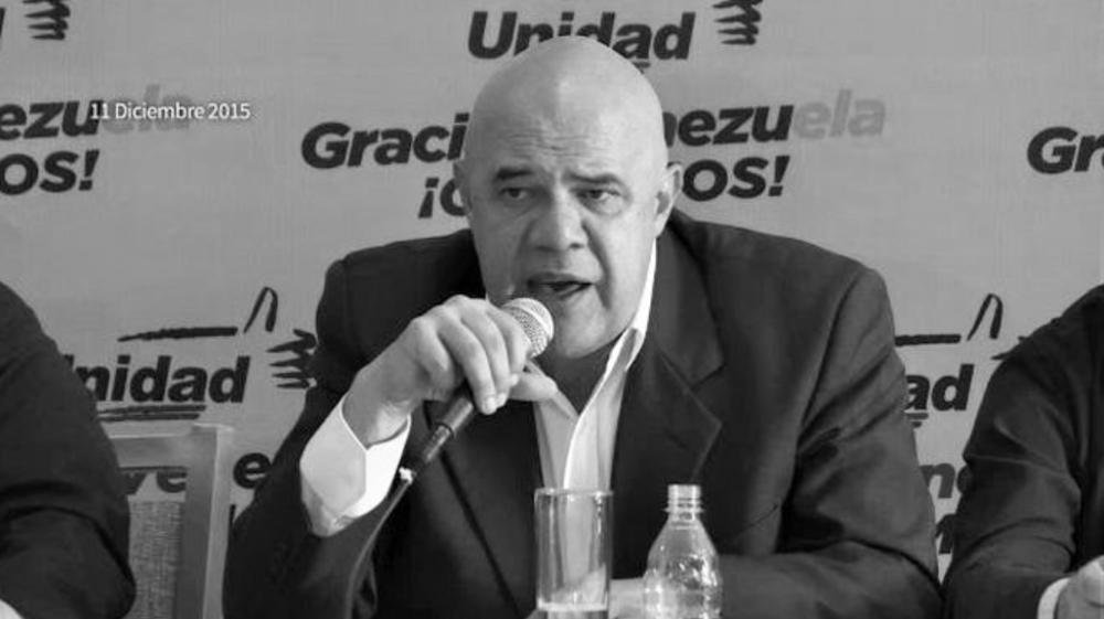 """TSJ NIEGA ACTUACION EN LA SALA ELECTORAL La alianza opositora venezolana Mesa de la Unidad Democrática (MUD) dijo este miércoles que la denuncia que hizo este martes sobre una supuesta """"maniobra"""" del chavismo para evitar la proclamación de 22 diputados de la oposición evitó que se consolidara este proceso contra su bancada recién electa. """"Es evidente que estamos frente a una maniobra que debió retroceder ante la firme respuesta de la Unidad Democrática, ante el repudio del país y la consternación de la comunidad internacional"""", dice un comunicado de la MUD difundido en su página web. La coalición denunció el martes que estaba en marcha un supuesto """"golpe judicial"""" pues el Tribunal Supremo de Justicia (TSJ) había recibido esa misma jornada un recurso introducido por el oficialismo contra la proclamación de 22 diputados electos en las legislativas del 6 de diciembre. En esas elecciones la oposición logró una victoria contundente al conseguir 112 diputados contra 55 del chavismo, un triunfo que representa una mayoría """"calificada"""" que le confiere grandes poderes, no solo para legislar, sino también para investigar y destituir funcionarios. Horas después de esta denuncia, el TSJ aseguró que no había recibido recurso alguno contra la proclamación de diputados opositores y señaló que, de hecho, la Sala Electoral de la máxima Corte se encuentra de vacaciones desde hace una semana.  http://www.noticierovenevision.net/politica/2015/diciembre/23/144707=mud-senalo-que-se-logro-evitar-supuesta-maniobra-del-oficialismo-para-impugnar-a-sus-diputados  https://www.youtube.com/watch?v=ypYMUabaqhU"""