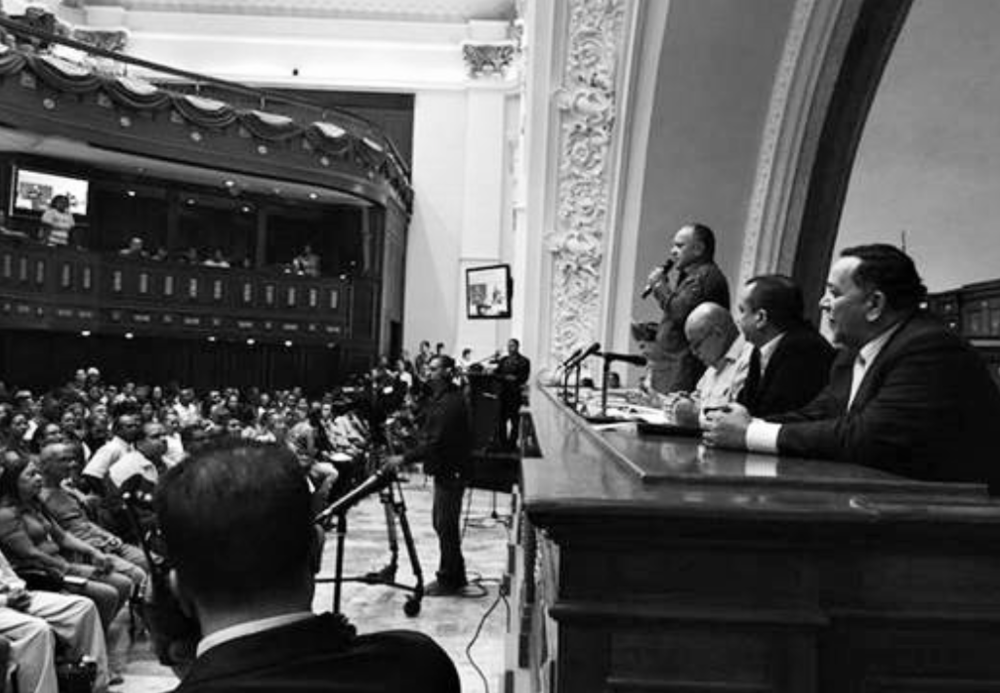 """EX PRESIDENTES PREOCUPADOS POR ACTO ANTIDEMOCRÁTICO EN VENEZUELA El Universal, 19 de diciembre de 2015. Un grupo de 18 ex mandatarios integrantes de la organización internacional Iniciativa Democrática de España y las Américas (IDEA) cuestionaron la aparición en Venezuela del parlamento comunal, instalado el pasado martes en el Palacio Federal Legislativo por el presidente de la Asamblea Nacional, Diosdado Cabello; luego de que la oposición lograse mayoría calificada en las elecciones parlamentarias del 6D. Los ex gobernantes expresaron su posición a través de un documento en el que alertan a la OEA, Unasur y Mercosur la creación de """"un parlamento paralelo en Venezuela"""". """"Constituye un acto antidemocrático e inconstitucional"""" que atenta contra los resultados de las elecciones legislativas del pasado 6 de diciembre sostiene el grupo de ex presidentes en un comunicado, autenticado por el director de IDEA, Asdrúbal Aguiar, ex gobernador del Distrito Federal y ex ministro de relaciones interiores durante el gobierno de Rafael Caldera. En el escrito los ex mandatarios se pronuncian por """"la paz, el diálogo y la concordia entre todos los venezolanos, necesarias para superar la grave crisis humanitaria que los afecta y procurar la pronta liberación de los presos políticos"""".  http://www.eluniversal.com/nacional-y-politica/151219/expresidentes-de-america-y-espana-critican-creacion-del-parlamento-com   DECLARACIÓN SOBRE EL PARLAMENTO COMUNAL NACIONAL  Los ex Jefes de Gobierno y de Estado integrantes de la Iniciativa Democrática de España y las Américas (IDEA-Democrática), renovamos nuestro reconocimiento al pueblo venezolano por su pacífica y masiva participación en el ejercicio del sufragio durante las elecciones parlamentarias del pasado 6 de diciembre.  A pesar de las inequidades que afectaran a la oposición democrática en su derecho a unas elecciones justas y equitativas, advertidas tanto por IDEA como por el Secretario General de la Organización de los Estados Americanos,"""