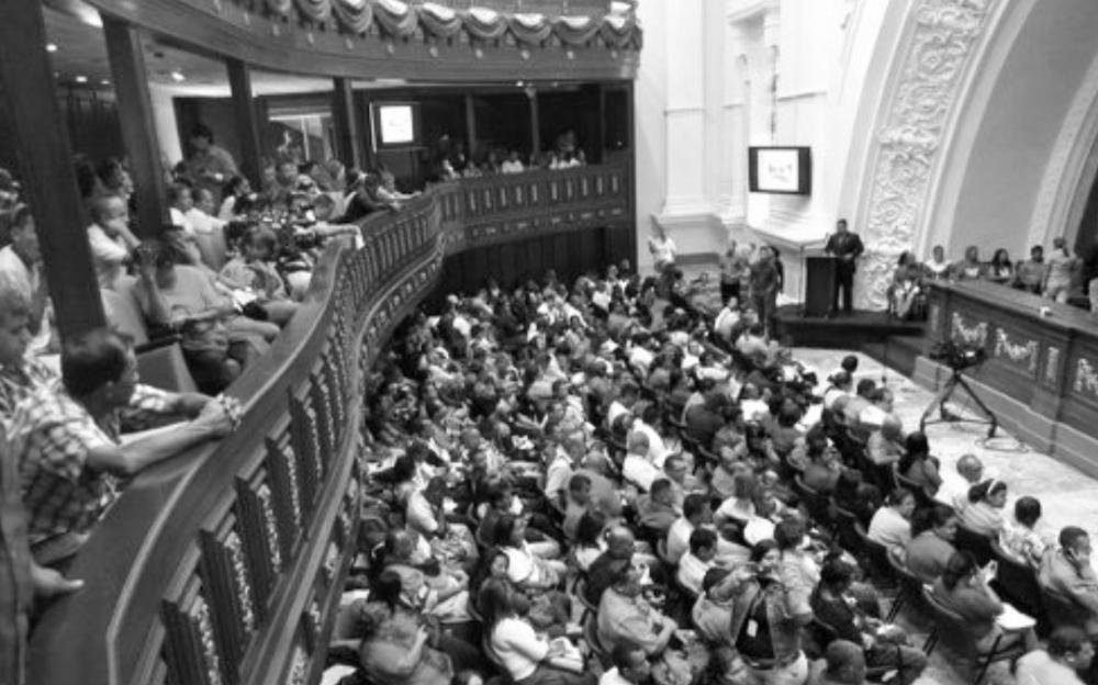 """MADURO DESCONOCE ELECCIONES PARLAMENTARIAS DEL 6D """"Yo le voy a dar todo el Poder al Parlamento Comunal, hoy se instalaron más de 600 parlamentarios"""", aseveróel presidente de la República Bolivariana de Venezuela, Nicolás Maduro. De esta manera el Jefe de Estado, destacó que el Parlamento comunal será una instancia participativa del pueblo desde la base. Cabe destacar que el presidente de la Asamblea Nacional venezolana, Diosdado Cabello, instaló hoy un Parlamento Comunal Nacional, que funcionará en la misma sede del legislativo. """"Queda instalado este Parlamento Comunal Nacional en esta su Asamblea Nacional (AN); sigamos avanzando, que más temprano que tarde el poder descanse donde tenga que descansar"""", dijo Cabello. Asimismo, Cabello indicó, """"estos espacios, este salón protocolar, quedan a orden del Parlamento Comunal Nacional. Pueden reunirse los días que quieran, las veces que quieran"""". """"El poder más importante que hay es el poder de las comunas, no hay otra forma de organización"""", añadió Cabello. http://noticiaaldia.com/2015/12/maduro-yo-le-voy-a-dar-todo-el-poder-al-parlamento-comunal-nacional/ https://www.youtube.com/watch?v=vPvpOMtEcAs"""