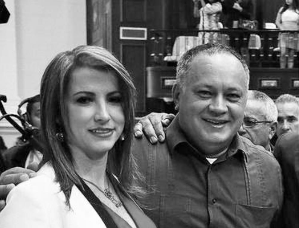 """CABELLO JURAMENTA A LA JUEZ QUE CONDENA A LEOPOLDO LÓPEZ 12 y 15 de diciembre de 2015. La jueza Susana Barreiros, que en septiembre pasado condenó al dirigente opositor Leopoldo López a casi 14 años de prisión, fue designada – luego juramentada el día 15 - por la mayoría oficialista de los diputados de la Asamblea Nacional (AN) como defensora pública general de Venezuela. """"Queda nombrada como defensora pública la ciudadana Susana Virginia BarreirosRodríguez y sus suplentes en este orden, Ignacio Ramírez Romero y Carlos Medina, los van a juramentar el día martes aquí en esta Asamblea Nacional"""", dijo el presidente de la AN,Diosdado Cabello, en la sesión parlamentaria convocada hoy. Barreiros sustituirá a la juez encargada del cargo, Carmen Eneida Alves. La alianza opositora Mesa de la Unidad Democrática (MUD) ganó las elecciones legislativas del pasado 6 de diciembre y dominará la Asamblea Nacional a partir de enero. La oposición contará con la mayoría calificada de 112 diputados, lo que representa dos tercios de la Cámara y que le permitirá emprender cambios de gran calado en la política del país en el período legislativo 2016-2021. El actual presidente de la AN reiteró que el chavismo no caerá en """"ningún chantaje"""" y anunció que antes del 4 de enero la mayoría oficialista nombrará a los nuevos magistrados del Tribunal Supremo de Justicia (TSJ). Sobre la designación de Barreiros como defensora pública general dijo sentir """"satisfacción"""", debido a que es una mujer que """"tomó una decisión valiente"""" y """"a costa de su propia vida"""". """"Si hubiese puesto en libertad a quien mandó a asesinar a 43 personas seguro le tuvieran hasta un santuario en la derecha, pero actuó con valentía"""", expresó. Barreiros condenó a López, líder del partido Voluntad Popular, a 13 años, 9 meses, 7 días y 12 horas de prisión, por delitos vinculados con la violencia que se desató tras una marcha antigubernamental en marzo de 2014. http://www.larazon.net/2015/12/10/susana-barreiros-es-designada-como-defen"""