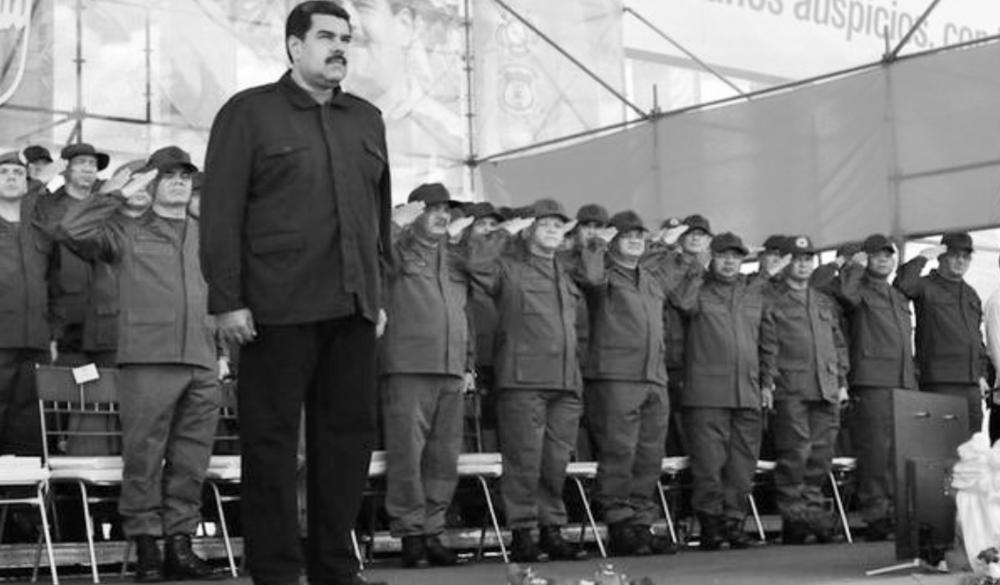 """MILITARES ABANDONAN LA ADMINISTRACIÓN PÚBLICA El Impulso, 13 de diciembre de 2015. El presidente Nicolás Maduro anunció este sábado que acordó un plan para que los militares que estaban en la administración pública regresen a los cuarteles, decisión que se da después de diecisiete años en que los uniformados ocuparon numerosos cargos públicos y dirigieron varios ministerios. Durante un acto de salutación de fin de año a la Fuerza Armada, Maduro dijo que ordenó que los militares que están en diferentes cargos del gobierno """"regresen a puestos de mando y a filas activas en cada componente"""". Indicó que solo permanecerán en el sector público los militares """"estrictamente necesarios para cargos claves"""". Como parte del proceso de reestructuración el mandatario pidió esta semana la renuncia a todos sus ministros. El fallecido presidente Hugo Chávez, mantuvo desde que asumió el gobierno en febrero de 1999 una estrecha relación con sus ex compañeros de armas, a los cuales puso a dirigir varios ministerios y ocupar diferentes cargos públicos. Dichas acciones fueron cuestionadas por los opositores, que acusaron al mandatario de desnaturalizar las funciones de los miembros de la fuerza armada. Maduro llamó a fortalecer la unión cívico-militar para asegurar la defensa integral de la nación. """"Vamos a la unión cívico-militar con las comunas, con el poder popular, con el pueblo que ama su Fuerza Armada Nacional Bolivariana"""", expresó durante el acto de salutación de Navidad y fin de año a la Fuerza Armada Nacional Bolivariana (FANB), en el Paseo Los Próceres en Caracas, y contó con la participación de 2.950 efectivos del cuerpo castrense. http://www.elimpulso.com/noticias/nacionales/maduro-ordena-el-regreso-de-los-militares-a-los-cuarteles"""