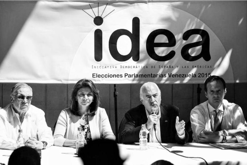 """EX PRESIDENTES PIDEN A GOBIERNOS VIGILAR SITUACIÓN POLÍTICA VENEZOLANA Panamá, 20 de enero de 2016. Los ex jefes de Estado y de Gobierno firmantes de las declaraciones sobre Venezuela bajo patrocinio de Iniciativa Democrática de España y las Américas (IDEA), expresaron este miércoles, 20 de enero de 2016, a través de una nueva declaración, su preocupación por la crisis constitucional y democrática que vive el país. Alegan que esta crisis se intensificó luego de las elecciones parlamentarias realizadas el pasado 6 de diciembre, cuando la oposición obtuvo una mayoría calificada de diputados en la Asamblea Nacional.  Los expresidentes piden a la opinión pública internacional y a los respectivos gobiernos estar atentos y vigilantes de la situación política que vive la nación sudamericana y piden del gobernante venezolano Nicolás Maduro como del presidente de la Asamblea Nacional, Henry Ramos Allup, """"toda su disposición a interponer los buenos oficios que se requieran, a fin de favorecer entre las partes caminos de diálogo y negociación que permitan resolver, con estricto apego a la Constitución y las normas de la Carta Democrática Interamericana, las diferencias políticas existentes; atender las graves circunstancias económicas y sociales que sufre sin discriminación el pueblo venezolano"""".  Firman la declaración los expresidentes Oscar Arias, Costa Rica; José María Aznar, España; Nicolás Ardito Barletta, Panamá; Belisario Betancur, Colombia; Armando Calderón Sol, El Salvador; Felipe Calderón H., México; Rafael Ángel Calderón, Costa Rica; Laura Chinchilla, Costa Rica; Alfredo Cristiani, El Salvador; Vicente Fox, México; Eduardo Frei, Chile; César Gaviria, Colombia; Felipe González, España; Lucio Gutiérrez, Ecuador; Osvaldo Hurtado, Ecuador; Luis Alberto La Calle, Uruguay; Ricardo Lagos, Chile; Luis Alberto Monge, Costa Rica; Mireya Moscoso, Panamá; Andrés Pastrana, Colombia; Sebastián Piñera, Chile; Jorge Tuto Quiroga, Bolivia; Miguel Ángel Rodríguez, Costa Rica; Álvaro """