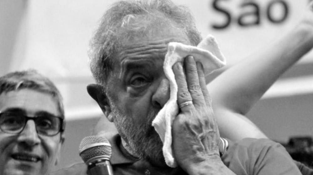 """DETIENEN A EXPRESIDENTE LULA DA SILVA LAS AUTORIDADES DE POLICIA  Nueva Prensa de Oriente, 4 de marzo de 2016. La Policía Federal de Brasil detuvo al ex presidente Luiz Inácio Lula da Silva para interrogarlo el viernes en una operación contra la corrupción y lavado de dinero, y dijo que ganancias ilegales habían financiado campañas y gastos del gobernante Partido de los Trabajadores.  La policía reveló en un comunicado que tenía pruebas de que Lula recibió beneficios ilícitos de un esquema de soborno de la petrolera estatal Petróleo Brasileiro SA (Petrobras) en la forma de pagos y bienes raíces de lujo.  """"El expresidente Lula, además de ser el líder del partido, fue el responsable final de la decisión sobre quiénes serían los directores de Petrobras y fue uno de los principales beneficiarios de estos delitos"""", dijo la policía en el comunicado.  """"Hay evidencia de que los delitos lo enriquecieron y financió campañas electorales y al tesoro de su grupo político"""", agregó.  Un portavoz de Lula no respondió inmediatamente a las solicitudes de comentarios el viernes.  La Policía dijo que, en la última fase de la investigación sobre la operación conocida como """"Lavado de Autos"""", ejecutó 33 órdenes de allanamiento y 11 de detención en distintas ciudades, entre la que se incluyeron dos en Sao Bernardo do Campo, donde vive Lula. Unos 200 policías y 30 auditores de la oficina de impuestos federales participaron en la operación de este viernes, que incluyeron el allanamiento de la residencia del ex jefe de Estado.  La fundación de Lula dijo en un comunicado el jueves que el expresidente nunca había cometido algún acto ilegal antes, durante o después de su período presidencial.  http://nuevaprensa.web.ve/detienen-al-ex-presidente-lula-da-silva/"""