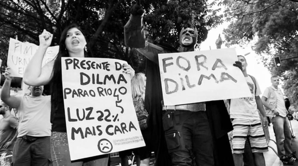 """SE DIVIDE EL FRENTE GUBERNAMENTAL En Brasil hay un """"golpe de estado en proceso"""", según la central sindical Pit-Cnt; lo ocurrido fue un golpe """"rastrero, cobarde"""", dijo la senadora frenteamplista Constanza Moreira. Un """"juicio político sin delito es golpe"""", según el candidato a la presidencia del Frente Amplio, José Bayardi; como """"un golpe blando que el Mercosur no debería tolerar"""", lo definió el diputado socialista Roberto Chiazzaro, planteando la aplicación de la cláusula democrática del bloque regional, por el cual se suspende al país con quiebre institucional. Sin embargo, otros sectores del partido en el gobierno, como Asamblea Uruguay del ministro de Economía, Danilo Astori, y el Nuevo Espacio del senador Rafael Michelini, se expresaron abiertamente en contra de definir el juicio político a la presidenta Dilma Rousseff con un """"golpe de Estado"""" en Brasil. Tampoco comparten el pedido de suspensión de Brasil por aplicación de la cláusula democrática del Mercosur. La votación que el domingo por la noche llevó a cabo la Cámara de Diputados de Brasil terminó con 367 votos a favor del impeachment, 137 en contra y siete abstenciones, abriéndose así el proceso para enjuiciar políticamente a la presidenta Rousseff, del Partido de los Trabajadores. En las últimas horas, tres de los cuatro candidatos a la presidencia del Frente Amplio —Bayardi, Alejandro Sánchez y Javier Miranda— tomaron partido en defensa de la presidenta y desacreditando el proceso en el Parlamento brasileño. Otro que lanzó una advertencia sobre el proceso a Rousseff fue el excanciller Luis Almagro, ahora secretario general de la OEA. En Brasil """"se debe juzgar desde la decencia y la probidad pública actos indecentes y criminales, y no al revés"""", declaró. http://www.elpais.com.uy/informacion/fa-dividido-juicio-politico-rousseff.html"""