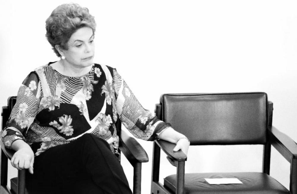 """IRÁ A JUICIO LA PRESIDENTA ROUSSEFF  Después de más cinco horas de votación, la cámara de diputados de Brasil dio luz verde a la acusación contra la presidenta Dilma Rousseff. De esta manera será el Senado el encargado de decidir si la mandataria enfrentará un juicio político que busca su destitución. Dilma y los miembros de su administración tienen fe en que el Senado aborde el proceso en profundidad, es ahí donde se decidirá si la acusación prosigue con miras a un juicio que puede sacar definitivamente a la presidenta de su cargo. El Partido de los Trabajadores espera que en esa instancia se libere a la mandataria de todas las acusaciones, y así poder terminar su mandato el 2019.El quórum de 342 votos fue alcanzado sin que tuvieran que votar los 513 diputados que tiene la cámara brasileña. La algarabía llenó el hemiciclo y los gritos de """"fuera Dilma"""" acallaron a los que aclamaban """"no habrá golpe"""". """"Cuanta honra me reservó el destino para dar este grito en nombre de todos los brasileños"""", dijo el diputado Bruno Araújo, del Partido de la Social Democracia Brasileña, al anunciar el voto que le garantizó la victoria a la oposición. Aunque la votación continuó, la algarabía por un lado y la tristeza de los miembros del Partido de los Trabajadores por el otro, se reflejó también en las calles de Brasil, donde el proceso fue seguido en vivo por miles de brasileños que se congregaron durante el día para manifestar su apoyo o rechazo a la actual mandataria.  http://www.dw.com/es/diputados-aprueban-juicio-pol%C3%ADtico-contra-dilma-rousseff/a-19194815"""