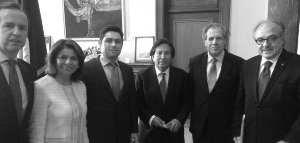 """VISITAN AL SECRETARIO GENERAL DE LA OEA Y ENTREGAN CARTA FIRMADA POR 30 EX GOBERNANTES (EFE/Washington, 17 de junio de 2016) Una treintena de ex jefes de Estado de Latinoamérica transmitieron su apoyo hoy al secretario general de la Organización de Estados Americanos (OEA), Luis Almagro, para aplicar la Carta Democrática a Venezuela e instaron a los países miembros a respaldar un """"diálogo efectivo"""" en el país caribeño. """"Los ex jefes de Estado y de Gobierno firmantes de las declaraciones de Iniciativa Democrática de España y las Américas (IDEA) nos dirigimos a Usted para reiterarle nuestro apoyo, en la esperanza de que la reunión del próximo 23 de junio del Consejo Permanente de la OEA sirva para comenzar a reinstaurar el orden democrático en Venezuela"""", escribieron en una carta a Almagro. La misiva fue entregada hoy al secretario general de la mano de los expresidentes Alejandro Toledo, de Perú; Laura Chinchilla, de Costa Rica; y Jorge Quiroga, de Bolivia. """"Un respaldo contundente a la posición del secretario general de la OEA. Creo que los acontecimientos en Venezuela no ameritan más diplomacia muda. Hay que actuar. El pronunciamiento que se ha hecho por parte del secretario general (…), constituye la constitución de nuestra América Latina, de las Américas"""", dijo Toledo a la prensa tras la reunión. """"No queremos un silencio cómplice, queremos que haya una votación acogiendo las recomendaciones del secretario general"""", reiteró Chinchilla, e insistió en que """"los mecanismos diplomáticos de la OEA den garantías"""" a un diálogo que """"tenga consecuencias"""" en Venezuela, y no a un diálogo que se preste solo a dar tiempo a una de las partes. http://www.noticiasrcn.com/internacional-america/30-expresidentes-iberoamericanos-respaldan-almagro-caso-venezuela http://www.noticierodigital.com/2016/06/unos-treinta-expresidentes-de-latinoamerica-apoyan-posicion-de-almagro-sobre-venezuela/"""