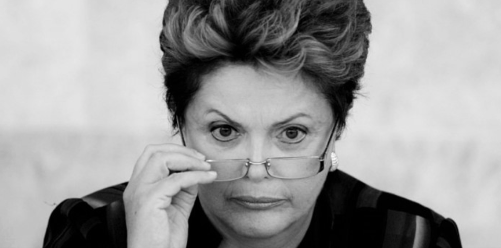 EL SENADO APRUEBA ENJUICIAR POLÍTICAMENTE A LA MANDATARIA BRASILEÑA SUSPENDIDA El Senado brasileño dio un paso decisivo hacia la destitución de la presidenta suspendida, Dilma Rousseff, al aceptar, por 59 votos contra 21, la acusación sobre irregularidades fiscales en el presupuesto 2015, lo cual refuerza al nuevo oficialismo que sustenta al mandatario interino, Michel Temer, para confirmarse en el poder. El próximo paso será la sesión que a fin de mes deberá sostener el Senado para definir si absuelve o condena a Rousseff, ahora procesada, por supuestamente violar la ley de responsabilidad fiscal de 2015, una acusación que es calificada como un 'golpe parlamentario' por parte de sus defensores. La sesión, que duró más de 16 horas, enfrentó a los defensores del impeachment con los de Rousseff, mientras que en al menos 16 ciudades de Brasil se realizaron manifestaciones de grupos de izquierda que reclaman la salida de Temer del gobierno, al que acusan de golpista. El resultado pone en aprietos las negociaciones de Rousseff para el día del veredicto, posiblemente el 29 de agosto, ya que el Senado puede destituirla con dos tercios de los votos, es decir, 54 de los 81 senadores. http://www.laprensa.com.ar/446530-El-Senado-de-Brasil-aprobo-el-juicio-politico-a-Rousseff-y-avanza-en-la-destitucion.note.aspx