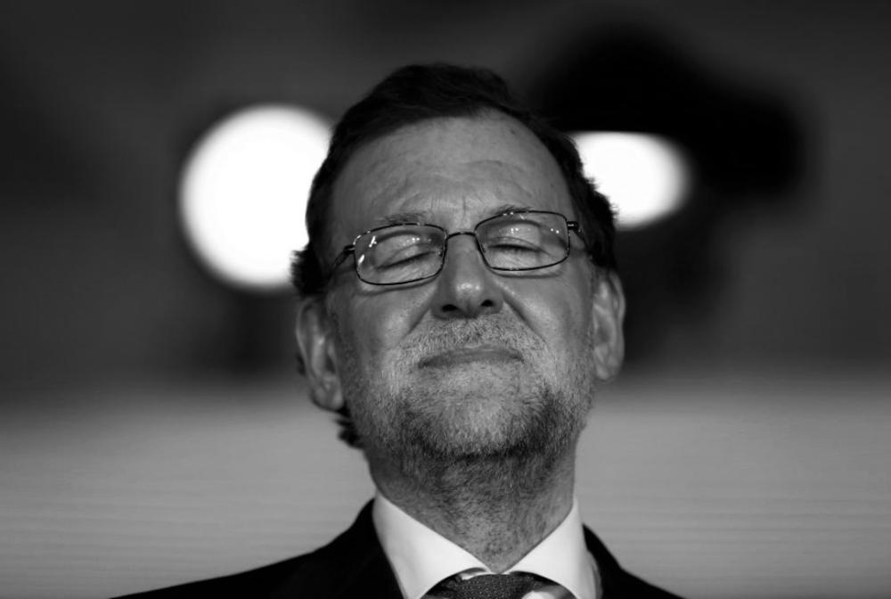 """RAJOR SOPESA RETRASAR SU INVESTIDURA IBERCAMPUS / 22 de julio de 2016. """"Rajoy sopesa retrasar la investidura si Rivera no le apoya"""", asegura ABCen su portada.Según el diario, La Moncloa """"reconoce la dificultad de la negociación"""" y que quizá necesite """"una o dos semanas más"""" hasta lograr el 'sí' de Ciudadanos.EL PAÍSdestaca que """"el PP presiona a Rivera con el miedo a un Gobierno de izquierdas"""".LA RAZÓNhabla de """"desconcierto en las filas del PP"""". Según LA VANGUARDIA,""""la parálisis del PP enfría las opciones de una investidura exprés de Rajoy"""".EL PERIÓDICOapunta que el PP """"atornilla"""" a Ciudadanos para que le dé un 'sí' en la investidura y le ofrece """"perfeccionar"""" la Lomce. http://www.ibercampus.es/prensa-y-pp-elevan-la-presion-para-que-rivera-apoye-a-33429.htm"""