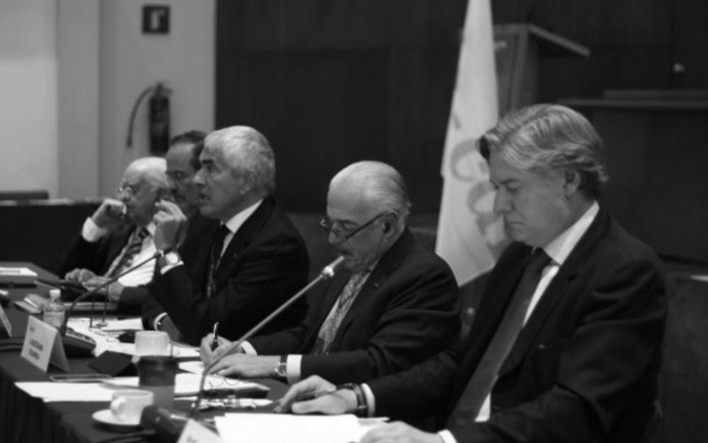 """INTERNACIONAL DEMÓCRATA DE CENTRO CUESTIONA A LA DICTADURA Y SU DIÁLOGO POR DIVISIONISTA Bruselas, 28 de enero de 2017. A través de una resolución, IDC – CDI lamenta que el diálogo no haya servido para restablecer el derecho al voto, el cual asegura que fue """"confiscado"""" por el gobierno y por el Poder Electoral. La organización insta a los gobiernos democráticos del mundo y a las organizaciones internacionales a que """"asuman una postura firme y concertada que contribuya a aliviar las condiciones de vida inhumanas que sufren los venezolanos"""". Pide a la comunidad internacional que """"trabaje con mayor ahínco por la libertad de los presos políticos, el restablecimiento de las elecciones y por el restablecimiento de la autonomía y las competencias constitucionales de la Asamblea Nacional"""". Expresa su preocupación por """"la grave crisis humanitaria, el autoritarismo y la fragmentación social que sufre Venezuela"""". Afirma que el conflicto político nacional es generado por el gobierno de Nicolás Maduro y el Tribunal Supremo de Justicia, los cuales desconocen la autonomía del Poder Legislativo. A la organización de Andrés Pastrana le preocupan las perspectivas económicas para este año y la proliferación de la violencia, cuya cifra –destaca- alcanzó en 2016 el promedio de 91,1 fallecidos de manera violenta por cada 100.000 habitantes.  http://www.el-nacional.com/noticias/politica/dialogo-servido-para-dividir-oposicion_77890"""