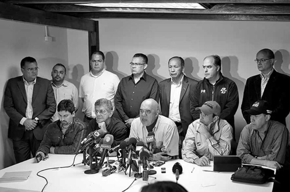 """MUD REPLANTEA EL ESQUEMA DE DIÁLOGO CON EL GOBIERNO  Caracas, 26 de enero de 2017. """"Tal y como lo advirtió la Mesa de la Unidad Democrática, ni el pasado 6 de diciembre ni el reciente 13 de enero hubo ningún tipo de """"diálogo"""" entre gobierno y oposición. Esto ocurrió como consecuencia del incumplimiento a los compromisos contraídos por el Gobierno Venezolano en la Mesa de Diálogo, tal y como lo expresara Su Excelencia Monseñor Pietro Cardenal Parolin, Secretario de Estado de la Santa Sede, en su comunicación de fecha 1/12/2016. En la semana del lunes 16 al viernes 20 de enero estuvieron presentes en nuestro país el Secretario General saliente de Unasur, Ernesto Samper, y los ex presidentes José Luis Rodríguez Zapatero, Martin Torrijos y Leonel Fernández, quienes –acompañados por el Nuncio Apostólico en Venezuela, Monseñor Aldo Giordano- hicieron entrega en reuniones separadas al Gobierno y a la Unidad Democrática de un proyecto de documento titulado """"Acuerdo de Convivencia Democrática"""", contentivo de 21 puntos relativos a diversos aspectos (institucionales, electorales, económicos, sociales y de derechos humanos) de la aguda crisis venezolana. Ante ese proyecto de documento, la Mesa de la Unidad Democrática fija posición en los siguientes términos:  1) El experimento de """"diálogo"""" que se desarrolló en Venezuela del 30 de octubre al 6 de diciembre de 2016 es un capítulo cerrado que no se volverá a abrir. El incumplimiento de los acuerdos por parte del gobierno y sobre todo la respuesta soberbia y grosera del régimen a las demandas formuladas en la Carta del Vaticano suscrita por Monseñor Pietro Cardenal Parolin revelaron ante el mundo lo que ya el pueblo venezolano sabe de sobra: Que el régimen no tiene palabra, y que sin garantías no tiene sentido llegar a """"acuerdos"""" con quien no tiene la menor intención de cumplirlos. El incumplimiento oficial dinamitó ese experimento de diálogo, a pesar de que el mismo contó con el respaldo de amplios sectores de la comunidad intern"""