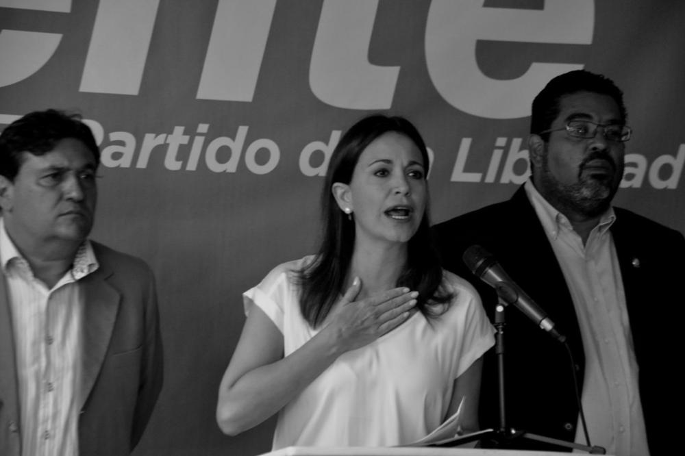 """VENTE VENEZUELA Y MARÍA CORINA MACHADO DENUNCIAN PROPUESTA DE UNASUR  25 de enero de 2017. La dirigente opositora y coordinadora Nacional de Vente Venezuela Maria Corina Machado mostró su rechazo a la propuesta de diálogo presentada por los representantes de UNASUR. Igualmente, afirmó que el resultado del diálogo fueron """"43 presos políticos liberados, mientras que daban medida de cárcel a otros 56"""".  A través de una rueda de prensa Machado hizo pública este martes su posición sobre el """"Acuerdo de Convivencia Democrática"""" propuesto por los acompañantes del """"supuesto diálogo"""", aseverando que """"la ruta es derrotar la dictadura, no convivir con ella y perpetuarla"""". Explicó que dicho documento """"lo escribió la dictadura y viene de Cuba"""", como una forma """"burda y cruel"""" para asegurarse de que Nicolás Maduro se quede en el poder hasta el 2019.  """"Desde la primera hasta la última letra de ese documento deben ser repudiadas y rechazadas por todos los ciudadanos. No aceptaremos una negociación de espaldas al país. La lucha tiene un único propósito, que es la salida de Maduro del poder"""", sostuvo.  La opositora enfatizó que los mediadores del diálogo pretenden que las fuerzas democráticas reconozcan que Maduro llegó al poder de forma legítima y que no hubo fraude en 2013. """"Ahora aquí el poder supremo, el soberano, no es el pueblo, es el Tribunal Supremo de Justicia [TSJ]. La gente al servicio de la dictadura y el TSJ es quien nos manda. ¿Y los que votamos? ¿Y los que elegimos la Asamblea Nacional [AN]? Pisoteados, ignorados. Esto no es un problema de que se solamente se acabó la democracia, es que se acabó la República"""", enfatizó.  Es """"alarmante y aberrante"""" el simple hecho de que los """"mediadores"""" creyeran que la oposición era capaz de aprobar ese documento. Al mismo tiempo, recriminó que pretendan que la AN apruebe el Presupuesto Nacional sin discusión.  La ex directora de SUMATE, denunció """"Los mediadores están al servicio del régimen, no hay nada que discutir. Este documento lo r"""
