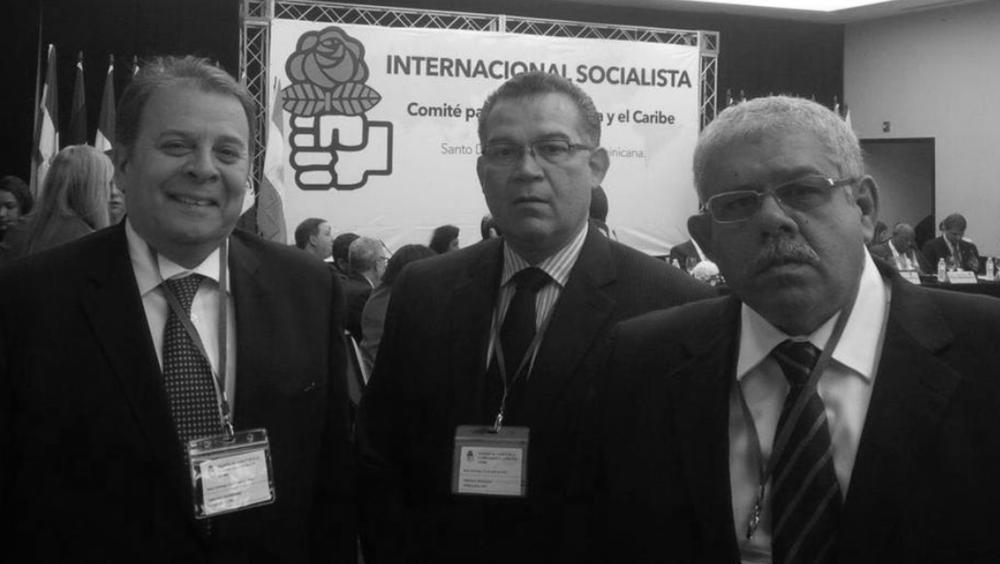 """INCUMPLIMIENTO DEL GOBIERNO HA FRENADO EL DIÁLOGO  República Dominicana, 14 de enero de 2017. La Internacional Socialista expresa su preocupación ante el incremento de la persecución política que se ha desatado durante los últimos días en el país contra la dirigencia opositora. En un comunicado oficial la organización llama a la comunidad internacional a voltear la mirada hacia Venezuela.  """"Al inicio de 2017 se hace aún más evidente que la situación política, social y económica de Venezuela se torna cada vez más grave y urgente para millones de sus habitantes, y la comunidad internacional no puede permanecer indiferente ni ausente hoy frente a la crítica suerte de una nación que, a través del esfuerzo de toda una generación, fue capaz hace unas décadas de erguirse y transitar por los caminos de la democracia"""".  En el texto también condena la detención del diputado Gilber Caro debido a que se desconocen las reglas fundamentales del sistema democrático. """"Ante este creciente giro al autoritarismo que hoy presenciamos en Venezuela, reclamamos el respeto a las libertades y los derechos de todos los venezolanos"""", indican.  La instancia que agrupa a partidos socialdemócratas, socialistas y laboristas señala que la elevada inflación y las alarmantes cifras de homicidios y actos criminales aumentan el sufrimiento y la desesperación de los venezolanos. Además, afirman que los ciudadanos se encuentran indefensos ante la inacción de las instituciones del Estado. """"Los venezolanos no cuentan con ninguna protección de parte de unas instituciones que no responden a las muchas emergencias que azotan a los ciudadanos y que reflejan características de un Estado fallido"""".  Diálogo.En cuanto al proceso de diálogo que empezaron el gobierno y la MUD, la internacional socialista indica que el incumplimiento de los acuerdos por parte del Estado contribuye a agravar la difícil situación que atraviesa el país. """"La liberación de todos los presos políticos, el reconocimiento del poder soberano """