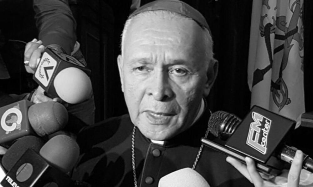 """OBISPOS DEMANDAN TRABAJAR POR UN PROYECTO COMÚN DE PAÍS PARA ENFRENTAR AL RÉGIMEN TOTALITARIO Y CULPAN A GOBIERNO Y OPOSICIÓN POR FRACAZO DEL DIÁLOGO  Caracas, 13 de enero de 2017. El presidente de la Conferencia Episcopal Venezolana (CEV), monseñor Diego Padrón, consideró este sábado que el proceso de diálogo nacional iniciado en octubre pasado fracasó por culpa exclusiva de los interlocutores; el Gobierno de Nicolás Maduro y la alianza opositora Mesa de la Unidad Democrática (MUD).  Durante su discurso de apertura en la asamblea anual de la CEV, Padrón dijo que el 2016 """"ha terminado muy mal, con gran desesperanza"""" para Venezuela, y aseguró que los ciudadanos atraviesan la etapa más """"dura, incierta e injusta"""" de los últimos 50 años.  A juicio del monseñor, la mesa de diálogo """"sesionó con altibajos"""" y su mecanismo no funcionó """"por una maligna conjunción de factores: no había entre las partes voluntad sincera de dialogar"""".  Padrón acusó al Gobierno y a la MUD de usar las negociaciones como """"una simple estrategia política (...) para fines particulares, incluso subalternos"""" y no para dirimir asuntos como la severa crisis económica, la inflación galopante, la inseguridad ciudadana y la escasez de alimentos y medicinas.  Cree que el Gobierno encontró en el diálogo un instrumento para """"ganar tiempo y frenar"""" el referendo revocatorio presidencial, una iniciativa que el poder electoral suspendió pocos días antes de que la MUD intentara cumplir el último requisito. Para la oposición, considera el monseñor Padrón, las conversaciones fueron una ocasión """"para exhibir las innumerables deficiencias"""" de los poderes públicos, en materia de derechos humanos, economía y respeto a la autonomía de los poderes. La autoridad eclesiástica afirmó además que el Gobierno """"secuestró"""" el diálogo 10 días antes de instalarse formalmente al utilizar """"subterfugios judiciales (...) para secuestrar, sin fecha límite, la convocatoria del Referendo"""".  """"Más temprano que tarde los líderes políticos, par"""