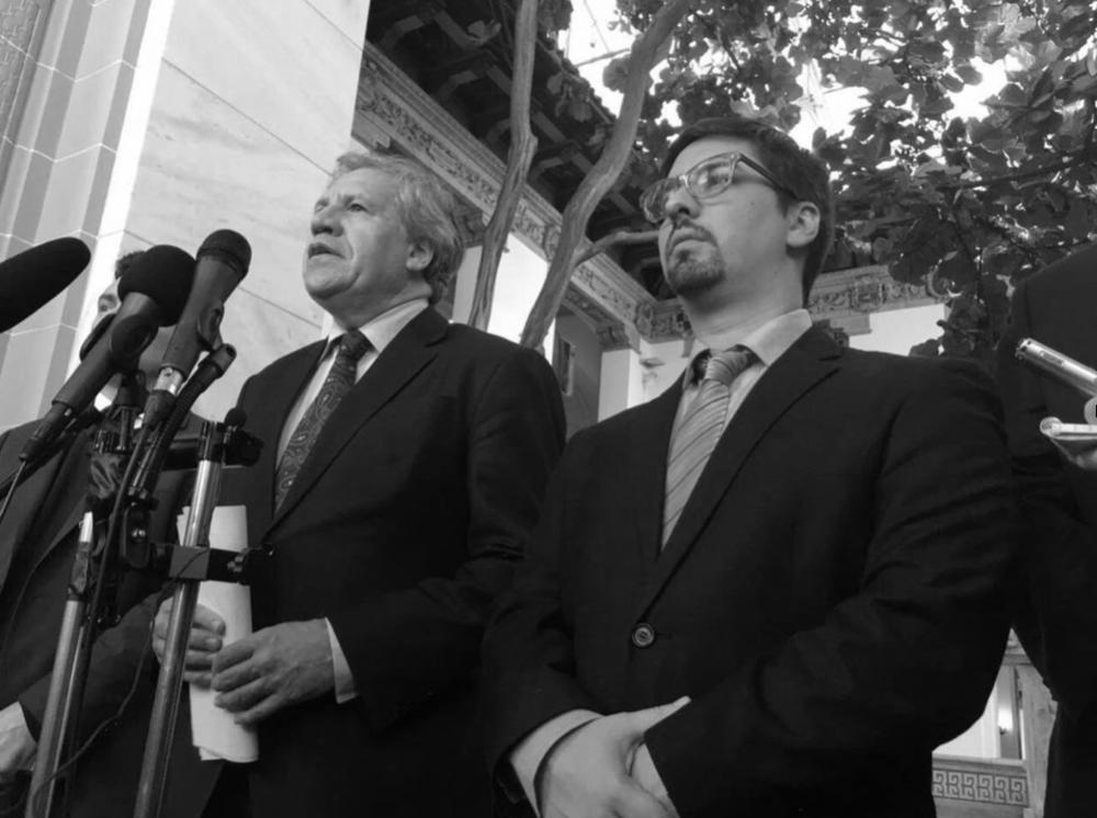 SECRETARIO GENERAL DE LA OEA REACTIVARÍA APLICACIÓN A VENEZUELA DE LA CARTA DEMOCRÁTICA INTERAMERICANA  By JORGENIS HERNÁNDEZ | @JH_PACO | JORHERNÁNDEZ@EL-NACIONAL.COM 10 de febrero de 2017 05:10 PM | Actualizado el 10 de febrero de 2017 17:19 PM  La oposición venezolana retomó uno de los caminos iniciado en 2016 para salir del gobierno del presidente Nicolás Maduro: la presión internacional. Específicamente se retomó la estrategia promovida desde la llegada de la mayoría de la Asamblea Nacional: la activación de la Carta Democrática Interamericana en la Organización de Estados Americanos (OEA).  La segunda semana de febrero de 2017 se reactivó la diplomacia parlamentaria con tres viajes a varios países del continente afines a las ideas de cambio impulsadas por la Mesa de la Unidad Democrática: Perú, Brasil y Estados Unidos. El último constó de varias reuniones con políticos estadounidenses y con el secretario general de la OEA, Luis Almagro.  Freddy Guevara, primer vicepresidente de la Asamblea Nacional, encabezó la comitiva de diputados que salió de la nación para dar a conocer lo ocurrido en Venezuela desde que inició el diálogo con el gobierno el 31 de octubre de 2016 hasta lo dicho por la rectora del Consejo Nacional Electoral (CNE) Tania D' Amelio con respecto a la suspensión de las elecciones regionales hasta que finalice el proceso de renovación de partidos políticos.  Guevara, en compañía del coordinador político de Voluntad Popular Carlos Vecchio, sostuvo un encuentro con Almagro en la sede de la OEA en Washington. En la reunión le solicitó, en nombre de la Asamblea Nacional, que actualizara el informe con el que solicitó el 30 de mayo al Consejo Permanente de Miembros la activación del mecanismo que busca regularizar, con las gestiones diplomáticas necesarias, la normalización de la constitucionalidad en el país.   http://www.el-nacional.com/noticias/politica/cinco-puntos-incluiran-informe-almagro-para-carta-democratica_80379