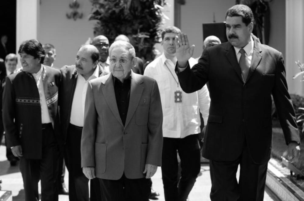 ANTE SU DESCALABRO EL GOBIERNO VENEZOLANO SE MUEVE HACIA BOGOTÁ  DIARIO LAS AMÉRICAS. 06 de marzo de 2017 - 15:03.  El gobierno de Nicolás Maduro se mueve aceleradamente y en doble banda para frenar el desmoronamiento de su gobierno, acechado por acusaciones de narcotráfico y vínculos con el terrorismo internacional de su Vicepresidente, Tarek El Aissami, y el reciente nombramiento de un ex convicto como Presidente del Tribunal Supremo de Justicia; ello, en un contexto de abierto atentado a la democracia, al haberse cerrado las vías electorales.  En la medida en que el propio Maduro baja la guardia frente a la Casa Blanca, en paralelo se apoya en sus socios del ALBA, en especial en Raúl Castro y Evo Morales, ofreciendo dineros para los inmigrantes latinos perseguidos en los Estados Unidos. Así también busca respaldo en el presidente de Colombia, Juan Manuel Santos, para que salve de su fracaso el diálogo de ficción que organizara con apoyo del exjefe del Gobierno español, José Luis Rodríguez Zapatero.  Lo cierto, no obstante, es que el margen de la íntima proximidad que mantiene el Nuncio Apostólico en Caracas, Monseñor Aldo Giordano, con los personeros más cuestionados del régimen venezolano, el secretario de Estado de Su Santidad, Cardenal Pietro Parolín, en carta hecha pública ha señalado –tesis que comparte mayoritariamente la oposición– que cualquier diálogo con la dictadura de Maduro debe quedar sujeto al cumplimiento por ésta de las condiciones previas ya acordadas: la realización del referéndum revocatorio, la libertad de los presos políticos al ser imposible llevar a cabo un diálogo honesto con los líderes opositores encarcelados y el respeto a la Asamblea Nacional electa el 6 de diciembre de 2015.  http://www.diariolasamericas.com/america-latina/maduro-y-el-desmoronamiento-del-gobierno-venezuela-n4116470