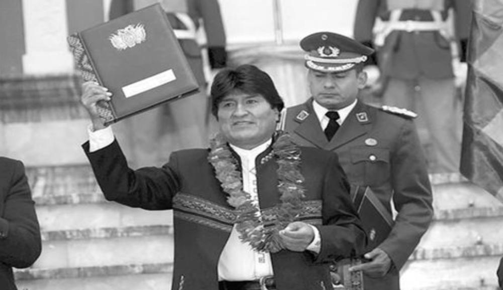 """QUIROGA PIDE A EVO DEVOLVER LA LEY DE COCA  El Diario, 2 de marzo de 2017.  El expresidente Jorge Quiroga rechazó la aprobación de la Ley General de Coca que la anterior semana fue sancionada por el Senado y está a la espera de la promulgación del Órgano Ejecutivo. Pidió al presidente Evo Morales devolver la norma al Legislativo para un nuevo tratamiento porque, según su criterio, esta norma """"lo va a hundir"""".  """"Hay una pequeña posibilidad que don Evo Morales piense como presidente de Bolivia y no como cocalero del Chapare y no promulgue esa ley y la devuelva al Congreso"""", afirmó Quiroga en conferencia de prensa.  El exmandatario recalcó que no existe un """"estudio que justifique que la coca del Chapare sirve para el acullico"""", y que el informe que presenta Naciones Unidas desde 2004 para adelante, establece que el 90 por ciento o más de la coca del Chapare va al narcotráfico.  """"El Presidente lo sabe, ojalá que tenga la lucidez que esta es la ley que lo va a hacer famoso en el planeta, y lo va a hundir, porque va a ser el único presidente que está legalizando la cocaína"""", afirmó.  El expresidente hizo un análisis en el cual concluyó que con el 90 por ciento de coca del Chapare que se desvía y va al narcotráfico, se podrían producir cien toneladas de cocaína.  http://www.eldiario.net/noticias/2017/2017_03/nt170302/politica.php?n=85"""