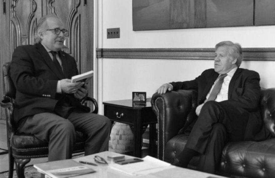"""RESPALDAN DECLARACIONES DE ALMAGRO SOBRE ELECCIONES DE GOBERNADORES EFE/18 de octubre de 2017. Los exjefes de Estado y de Gobierno de la Iniciativa Democrática de España y las Américas (IDEA) respaldaron hoy la """"clara visión"""" del secretario de la Organización de Estados Americanos (OEA), Luis Almagro, sobre Venezuela y pidieron a la comunidad internacional que sancione al Gobierno de Nicolás Maduro. En una declaración fechada hoy, los exgobernantes subrayaron, como hizo antes el secretario general de la OEA, que no se pueden reconocer los resultados de las elecciones a gobernadores celebradas el pasado domingo en Venezuela, porque en ese país """"no existen garantías para el ejercicio efectivo de la democracia"""". También coinciden con Almagro en que las fuerzas opositoras que participaron en dicha elección sin haber obtenido garantías de democracia """"se transforman en instrumento esencial del eventual fraude y demuestran que no tienen reflejos democráticos"""". Los 17 exjefes de Estado y de Gobierno que firman la declaración se solidarizan con el pueblo venezolano """"en sus aspiraciones de democracia y libertad"""". https://www.msn.com/es-es/noticias/internacional/expresidentes-de-idea-respaldan-la-clara-visión-de-almagro-sobre-venezuela/ar-AAtGI1z?li=BBqd8uX"""
