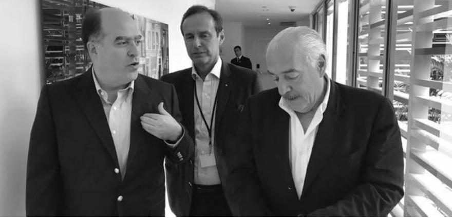 INVITADOS POR LA ASAMBLEA NACIONAL EFE / 14 de julio de 2017 Cinco ex presidentes latinoamericanos viajarán en los próximos días a Venezuela, invitados por el presidente de la Asamblea Nacional, Julio Borges, para acompañar la consulta popular que se realizará en 16 de julio, informó la Iniciativa Democrática de España y las Américas. Asdrúbal Aguiar, Director general de IDEA, indicó en un comunicado que la misión está integrada por los ex presidentes Laura Chinchilla, de Costa Rica; Vicente Fox, de México; Andrés Pastrana, de Colombia; Jorge Tuto Quiroga, de Bolivia; y Miguel Ángel Rodríguez, de Costa Rica. Esta es la segunda vez que ex mandatarios participan como acompañantes en un proceso comicial en Venezuela. La primera vez fue durante las elecciones parlamentarias de 2015, en las que la Mesa de la Unidad Democrática ganó el control de la Asamblea Nacional, que el Ejecutivo desconoce y ahora intenta disolverla mediante una asamblea nacional constituyente. http://www.el-nacional.com/noticias/mundo/presidentes-acompanaran-consulta-popular-venezuela_192996