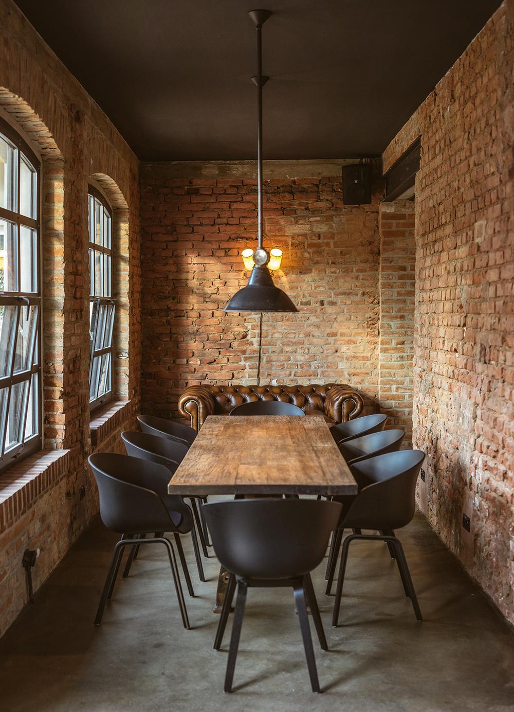 Auch für große Gruppen gibt's reichlich Platz und einen schönen Holztisch