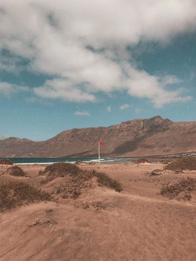 Knapp 7 Kilometer Strand, Weite, der Ozean…und die roten Flaggen.