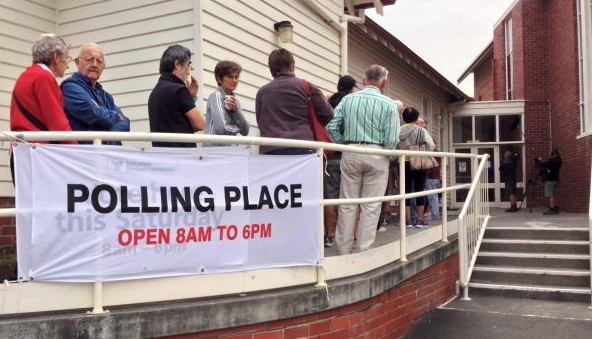 Image:Voters queue outside a polling booth in the 2014 Tasmanian state election (ABC News: Brad Markham)