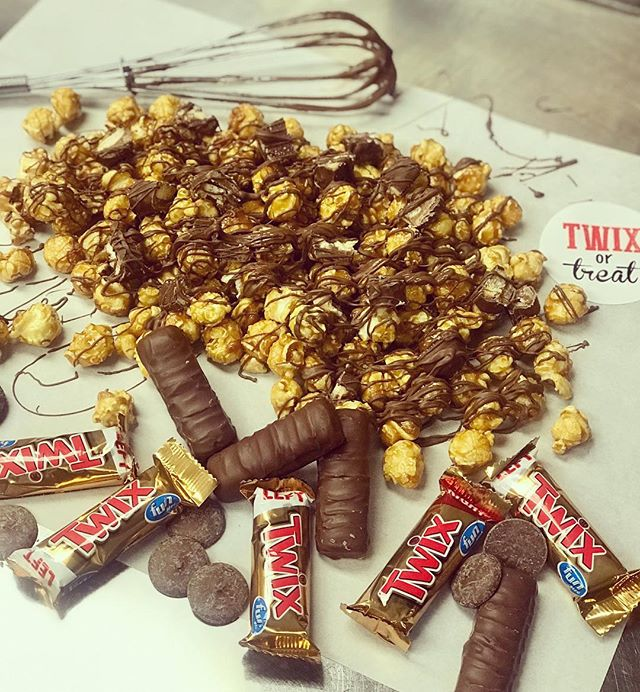 TWIX or TREAT 🍫🎃 @cravepopcornco Our #october #signatureflavor is sooooo #delish