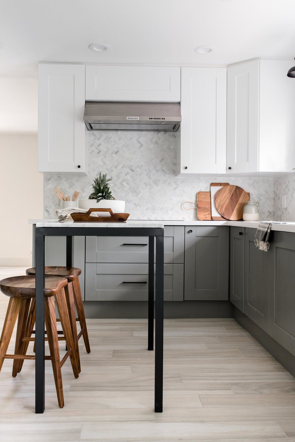 modern grey kitchen, white upper cabinets, marble backsplash - the habitat collective - project casinha linda