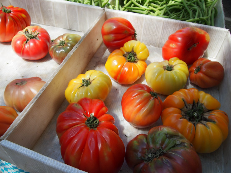 Heirloom tomatoes at the farmers market