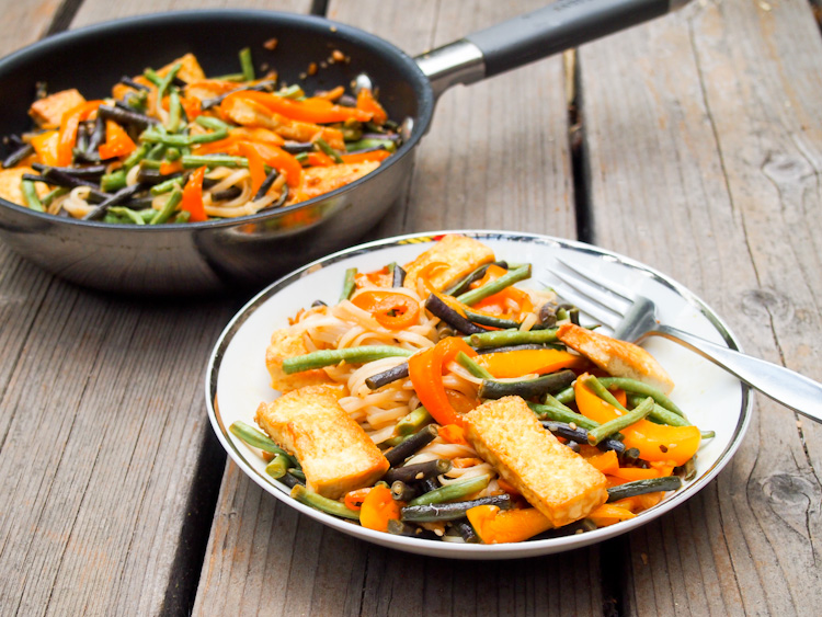 Long Bean Stir-Fry with Tofu and Brown Rice Noodles | vermilionroots.com. This easy and fast stir-fry recipe by my WWOOF farm host renewed my love for long beans.