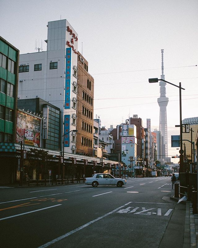 Somewhere along the line I became a morning person 🙃Quiet mornings and finding inspiration down the street. Our new best friend @seven_eleven_japan. Check out a ton of photos and a few words about them on the blob 🌆💮🖤 . . . . . #asakusa #tokyo #japan #portra400 #35mm #travelblogging #streetphotography