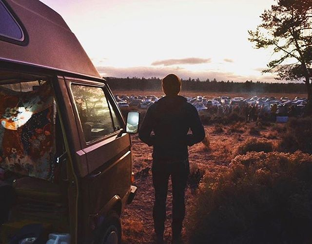 Unsure about cold weather van camping? Check out our latest blog post for tips and tricks to stay cozy on your winter adventures. Link in bio. // 📷 credit goes to @irawolfmusic, making us nostalgic for @descendonbend already!